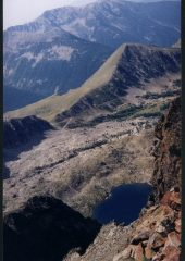 Come si presenta il Lac de Terre Rouge dalla cresta poco prima della vetta