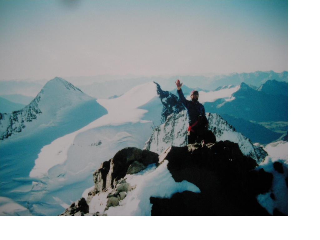Michele saluta in vetta al Bernina..dietro a sx e' il Piz Zupo