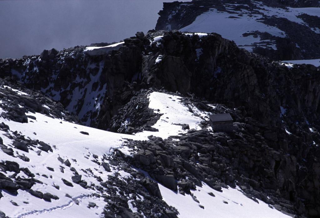 panorami dalla cima : il Bivacco Orobica (19-8-2002)