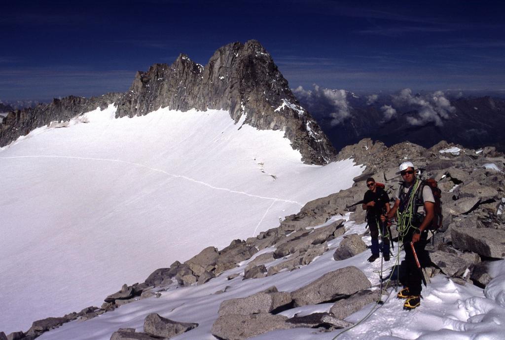 Gianni e Luca sulla cresta sommitale della Presanella (19-8-2002)
