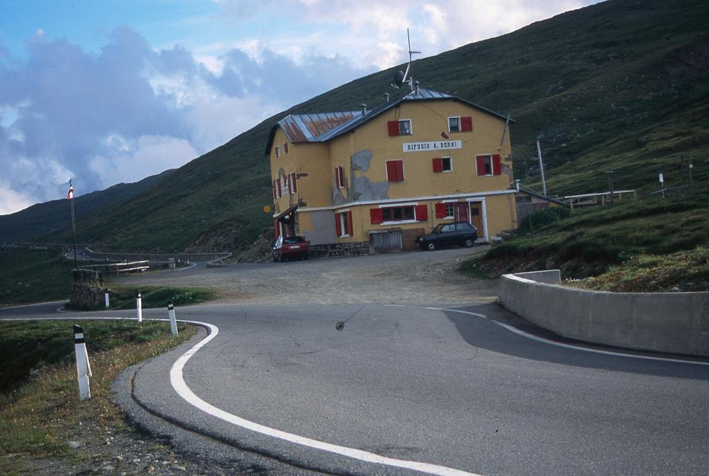 il Rifugio Berni, punto d'appoggio per la salite al Tresero e San Matteo (29-6-2003)