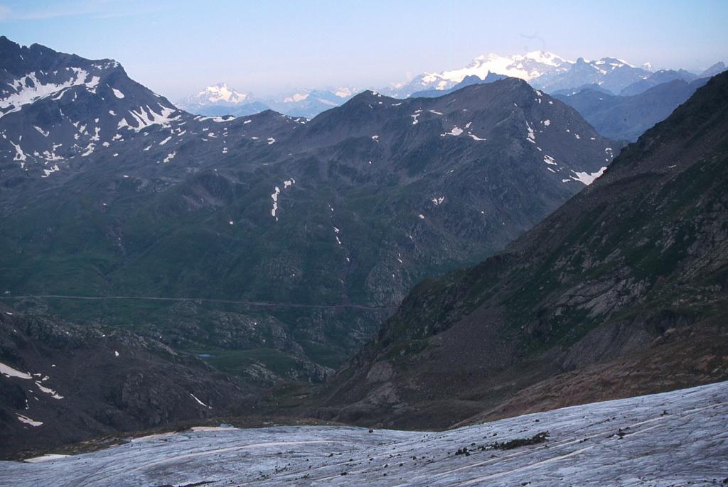 uno sguardo verso la strada del Gavia e il primo tratto del vallone di salita (29-6-2003)