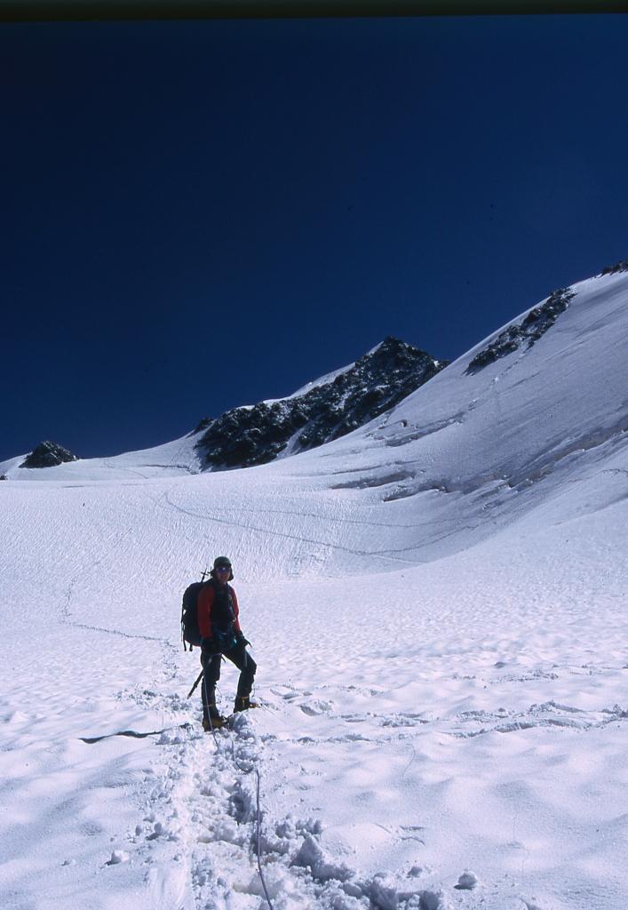 io in salita nella parte alta del ghiacciaio di Dosegù (29-6-2003)
