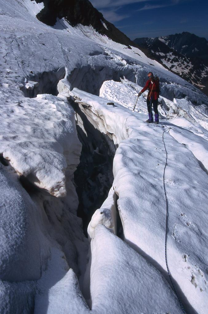 alcuni passaggi per superare i grandi crepacci presenti (29-6-2003)