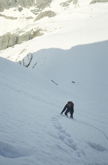 Marco sul ripido pendio dopo il ghiacciaio
