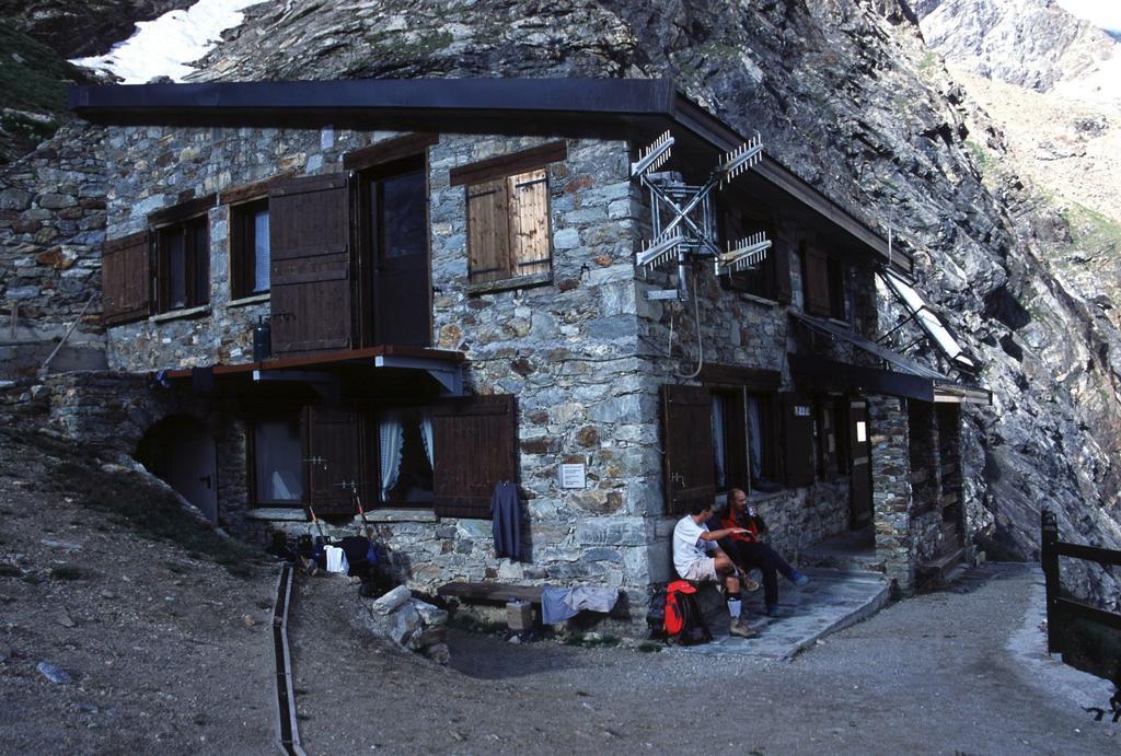 arrivati al Rifugio Aosta (5-7-2003)