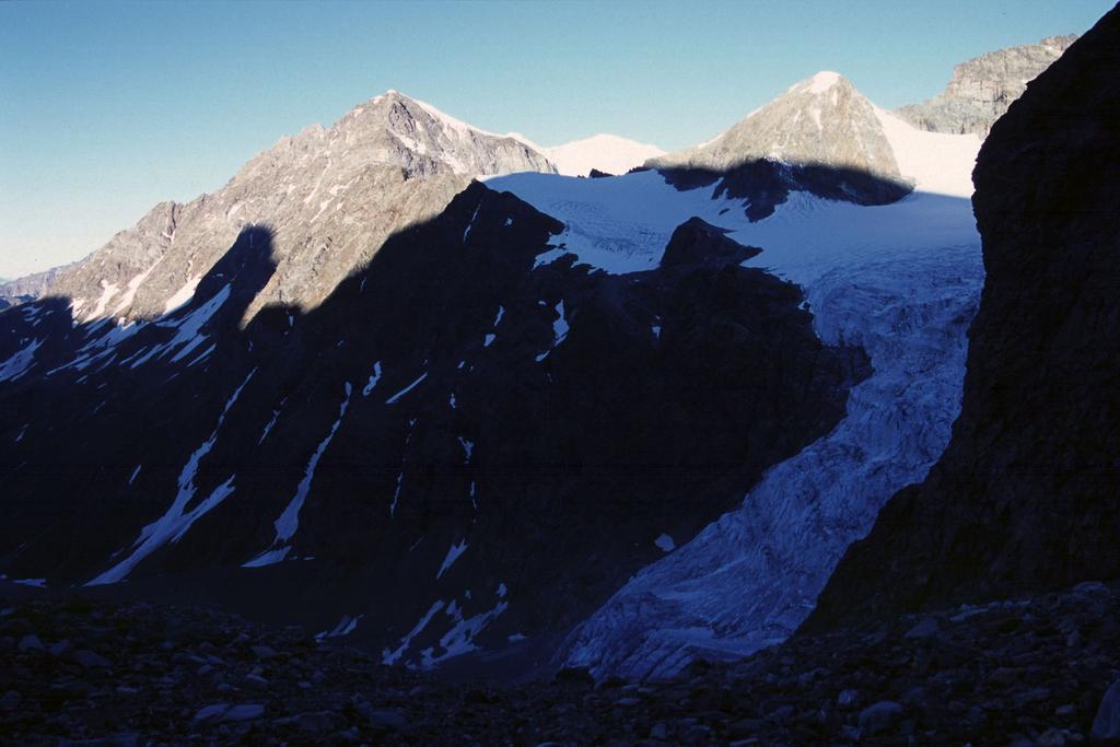 le prime luci del sole sulla Becca Vannetta dal Col de la Division (6-7-2003)