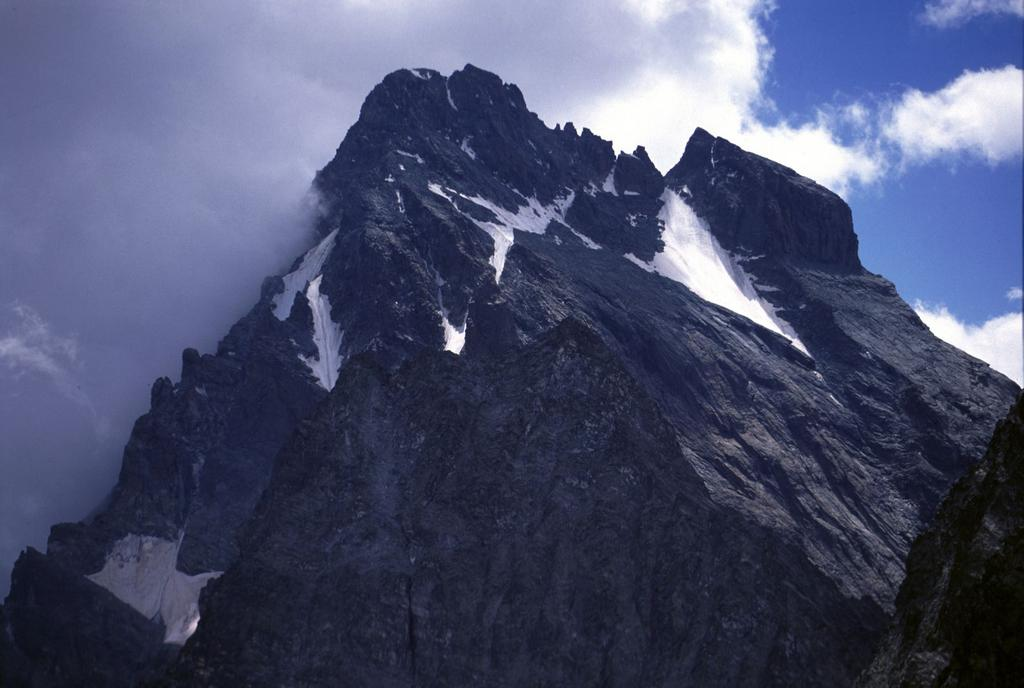panorami dalla cima : il vicinissimo Monviso (26-7-2003)