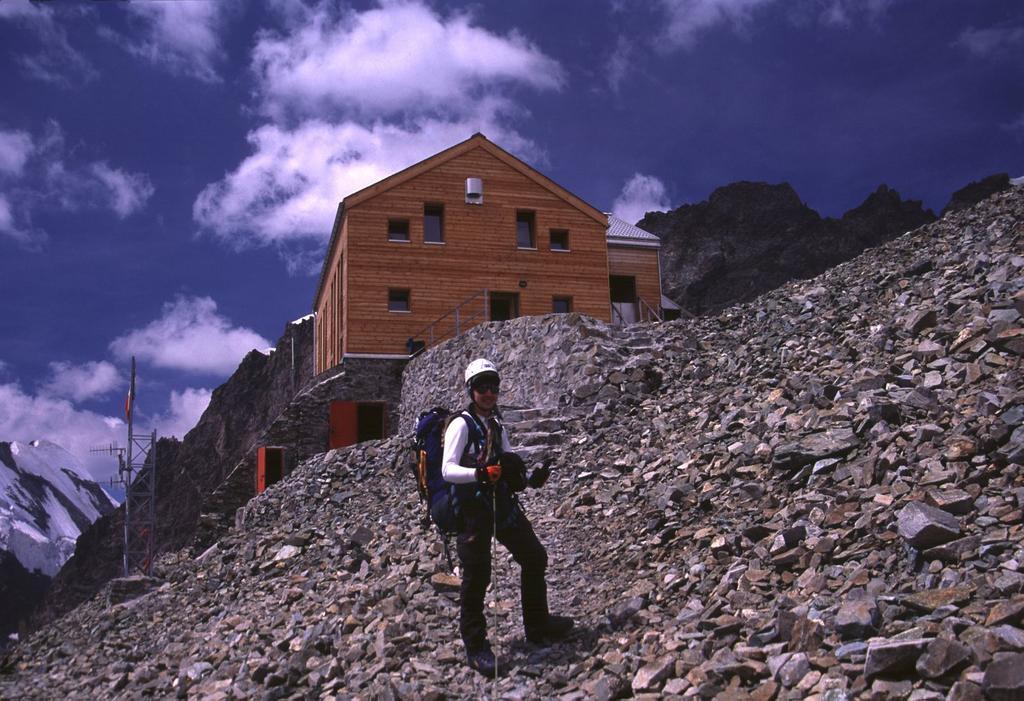 l'arrivo alla Capanna Marco e Rosa (9-8-2003)