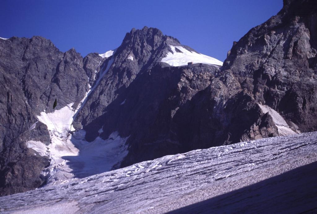 in alto spuntano la Capanna Marco e Rosa e il Pizzo Bernina (9-8-2003)