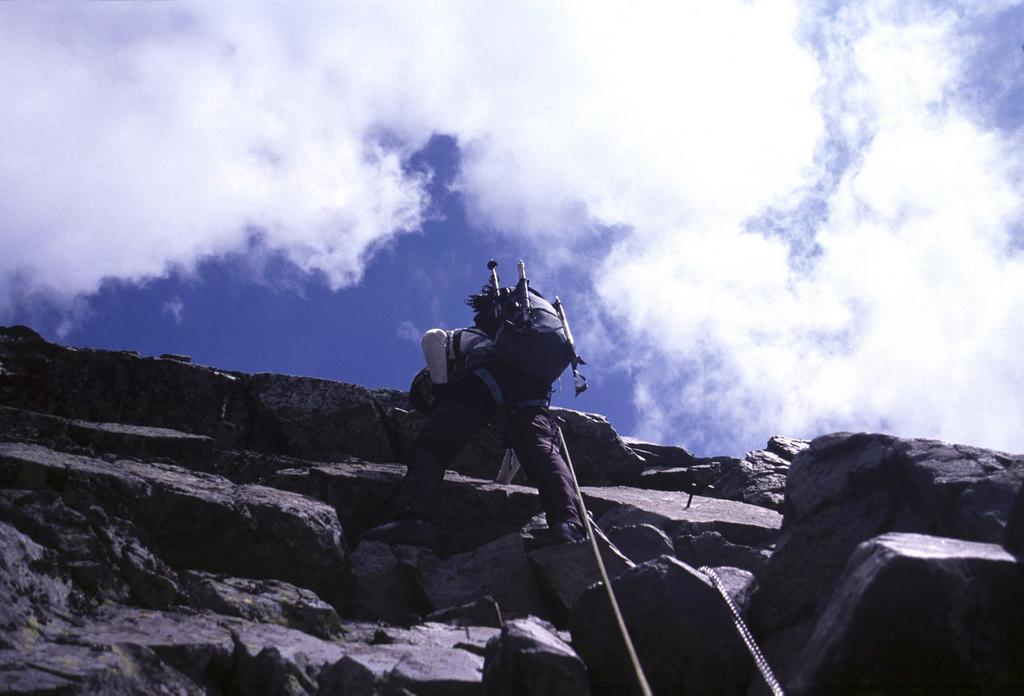 superando un tratto verticale lungo la via ferrata (9-8-2003)