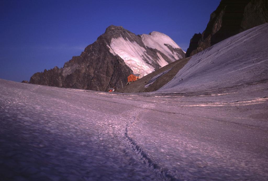 le prime luci del sole al Rifugio Marco e Rosa (10-8-2003)