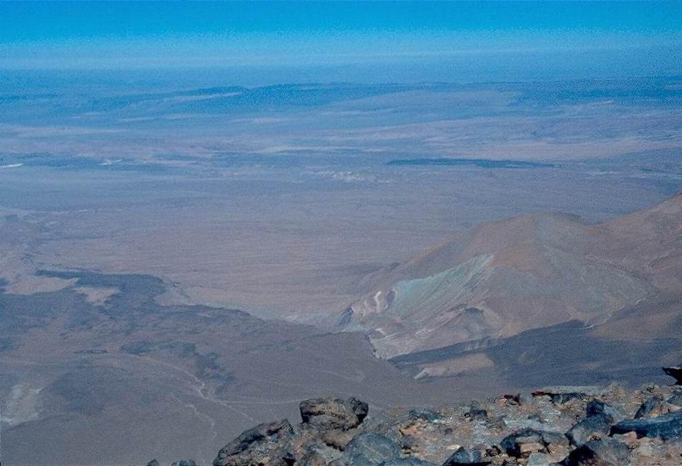 La scura macchia dell' oasi di S. Pedro nel deserto di Atacama