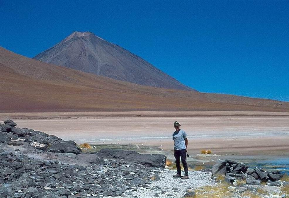 Sulle sponde della laguna Blanca, alle spalle il vulcano Licancabur