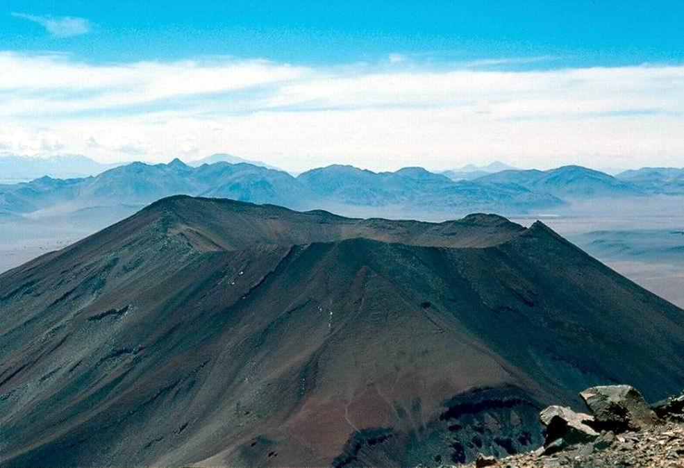 Dalla cima il vicino vulcano Juriques (5610 m.)
