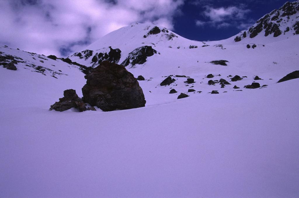 il valloncello e il ripido pendio che portano al Colle Villadel (18-4-2004)
