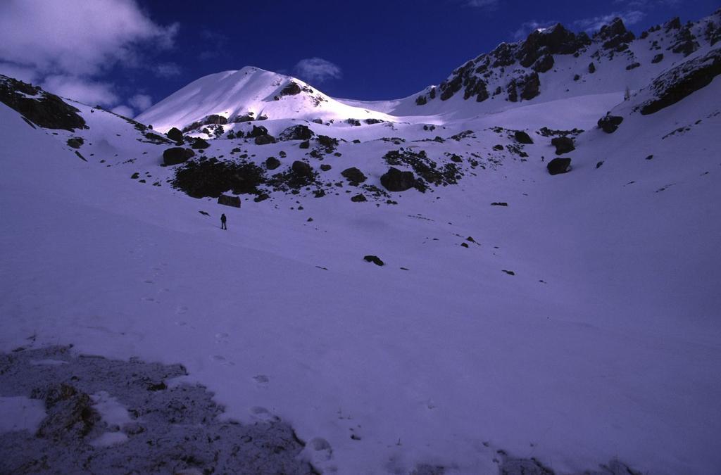 salendo nella prima parte del Vallone del Rio Oronaye (18-4-2004)