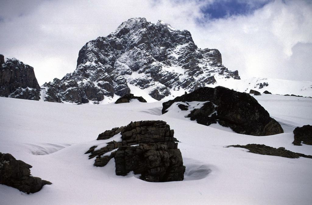una bella visuale sul Monte Oronaye dal vallone omonimo (18-4-2004)