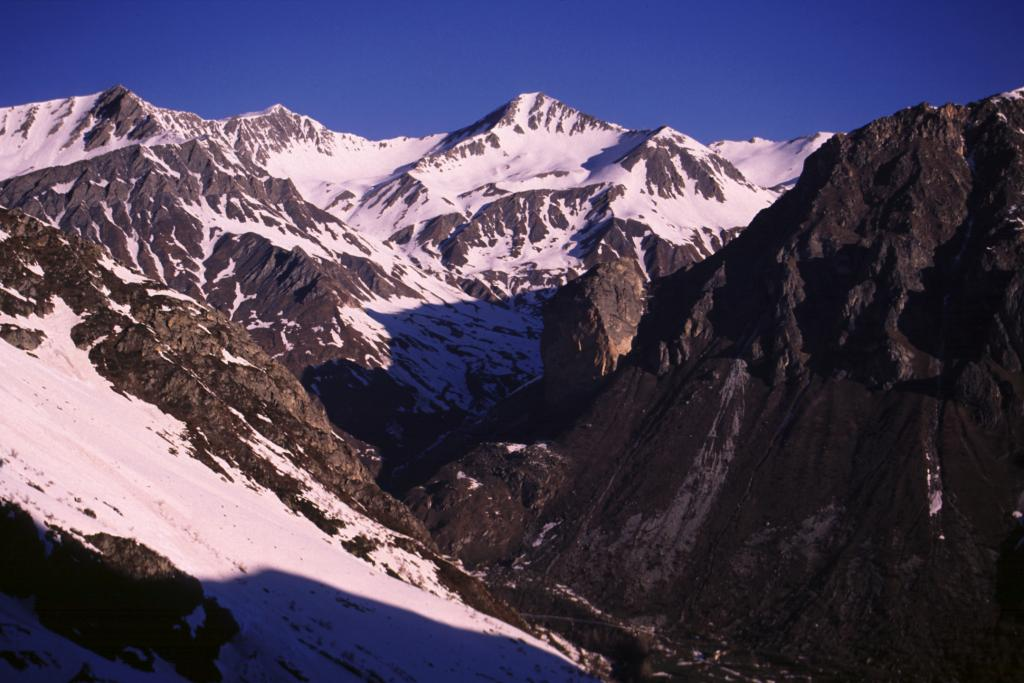 vista sulla Testa di Malacosta dal Vallone di Traversagn (25-4-2004)
