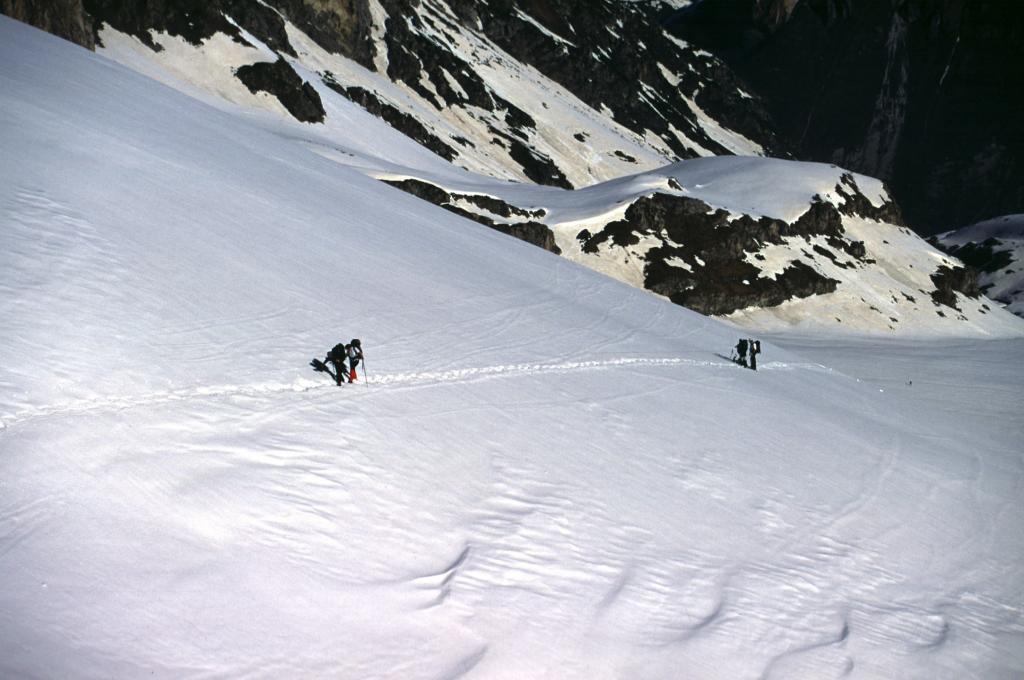 i miei soci sui pendii finali prima di raggiungere il Colle di Vers (25-4-2004)