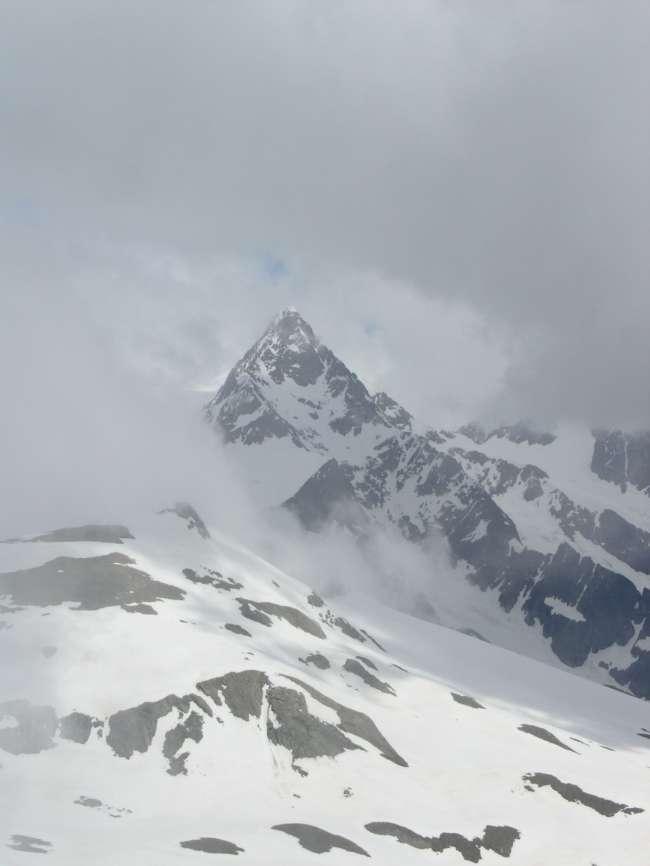 L'Aiguille des Glaciers fa capolino tra le nubi.