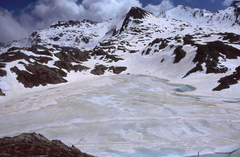il Lago Longet ancora completamente ghiacciato