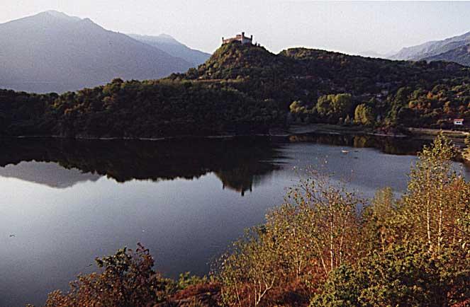 Il lago Pistono e il castello di Montalto Dora
