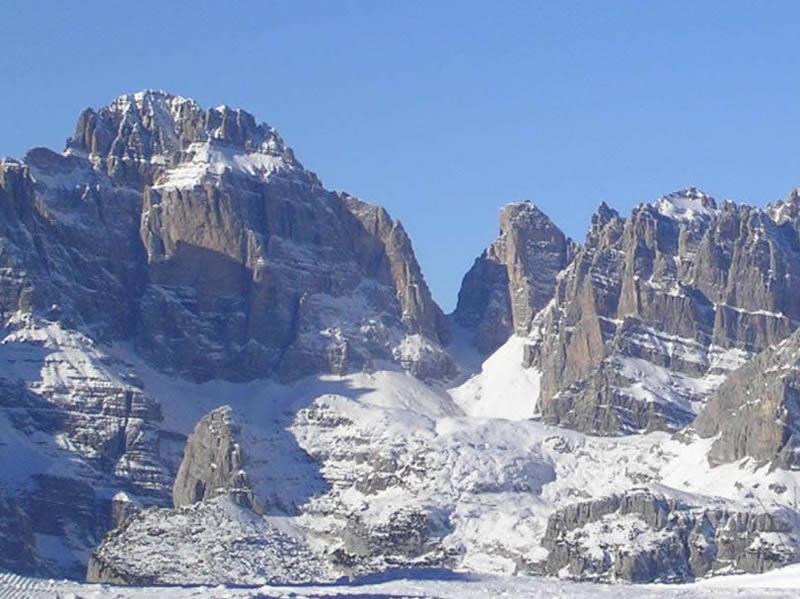 Bocca di Brenta, tra Brenta Bassa e Brenta Alta, a sx Cima Tosa 3172 m