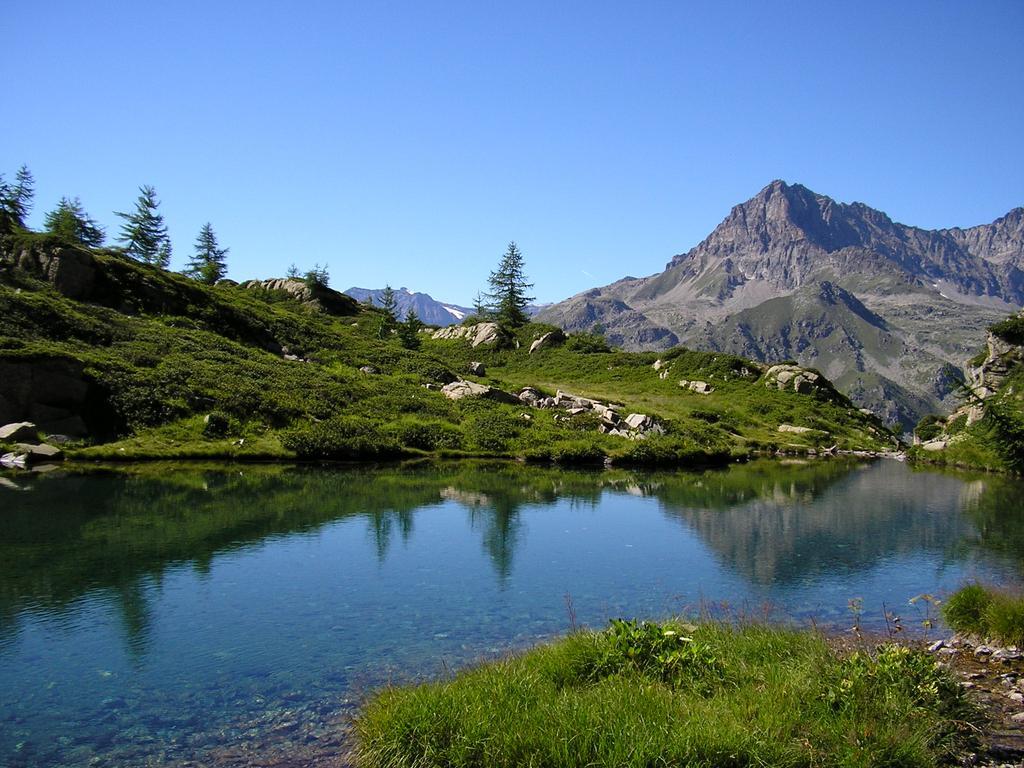 il lago Bellagarda in primo piano
