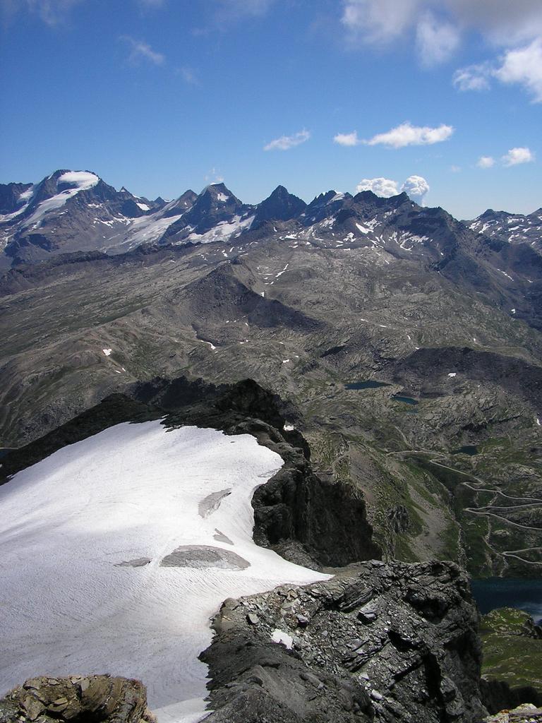 panoramica dalla cima con il Gran Paradiso sullo sfondo