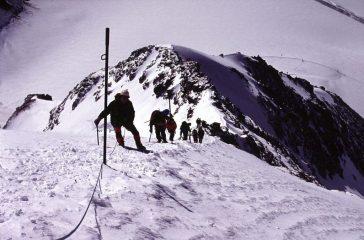 la ripida rampa nevosa che porta all'anticima del Monch (22-8-2004)
