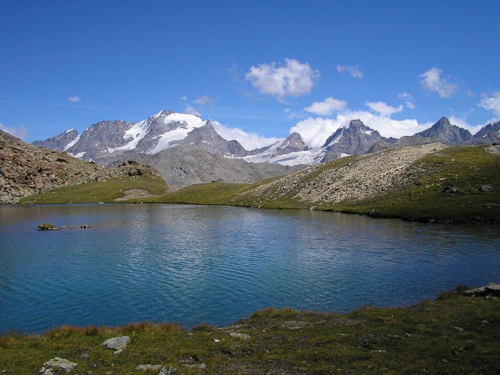 il Lago Nero con la splendida vista del Gran Paradiso e Ciarforon