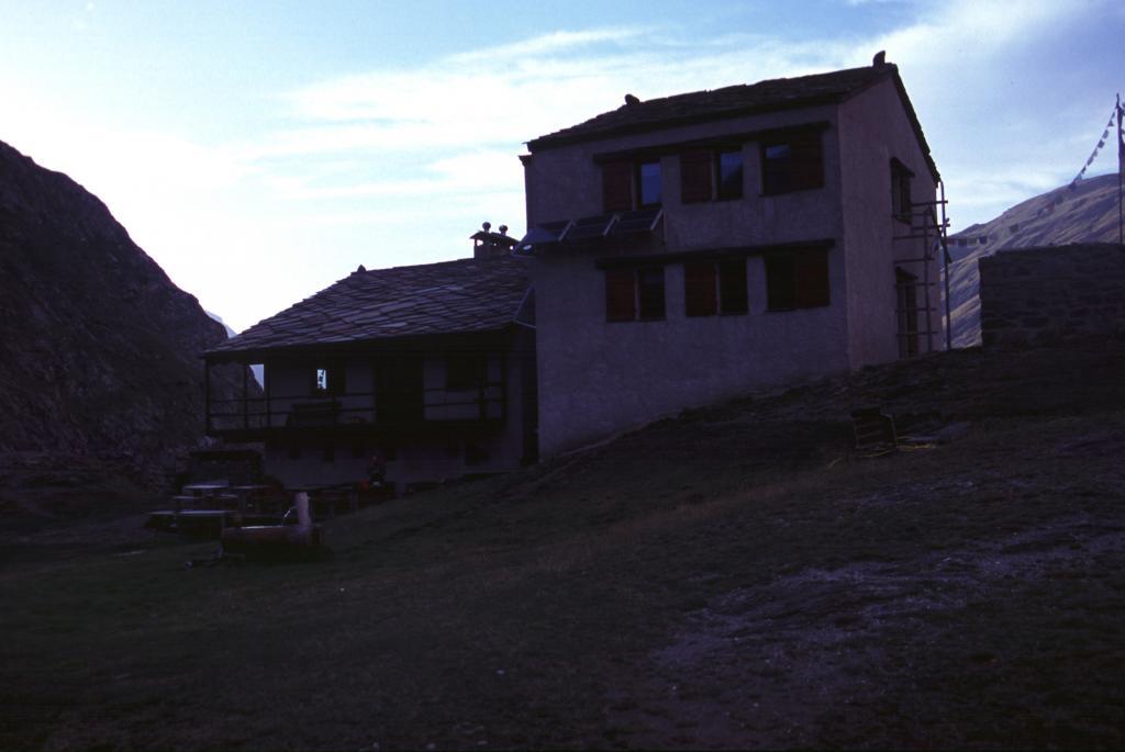 Refuge d'Averole, ottimo punto d'appoggio per la salita alla Punta d'Arnas (4-9-2004)