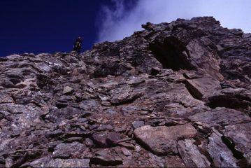 Luigi sale lungo la cresta SE della Punta d'Arnas in un tratto più impegnativo (5-9-2004)