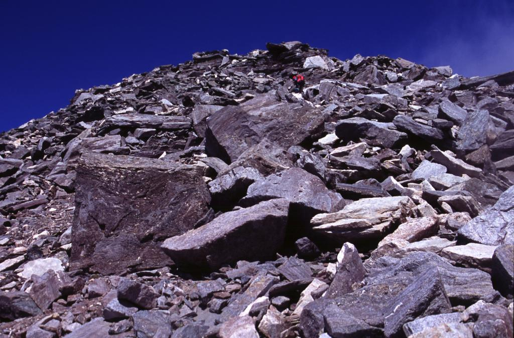 salendo l'ampio crestone, poco sopra il Passo Martelli (5-9-2004)