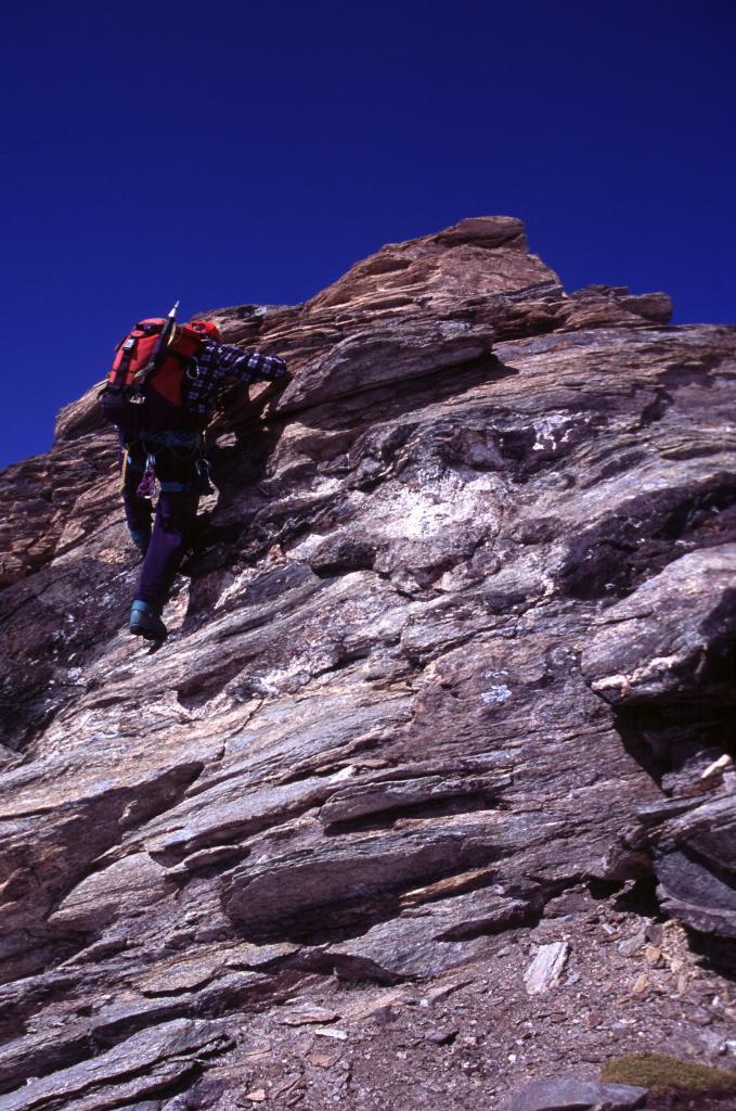 Luigi sul salto roccioso che precede la cima (5-9-2004)