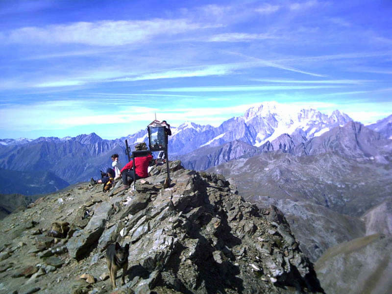 La vetta ed il Monte Bianco sullo sfondo.