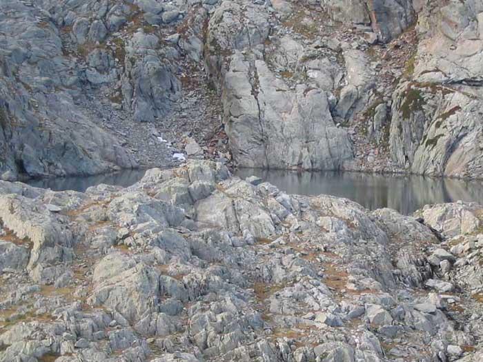 Il lago Liamau dalla cresta del Monte Rosso