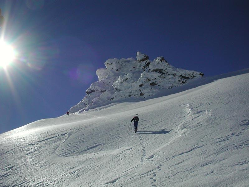 Poco sotto la cima, che appare in condizioni patagoniche.