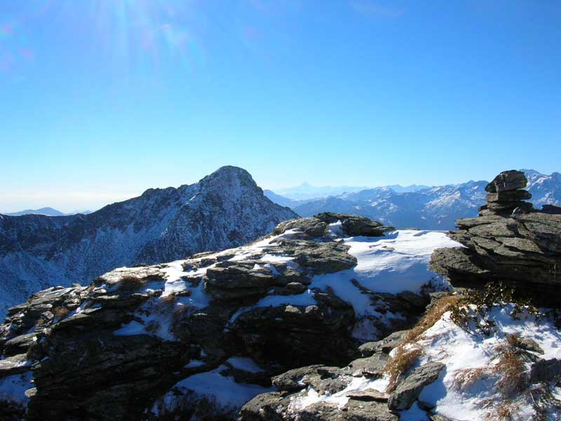 In vetta alla Rocca Maunero, uno sguardo alla Bellavarda.