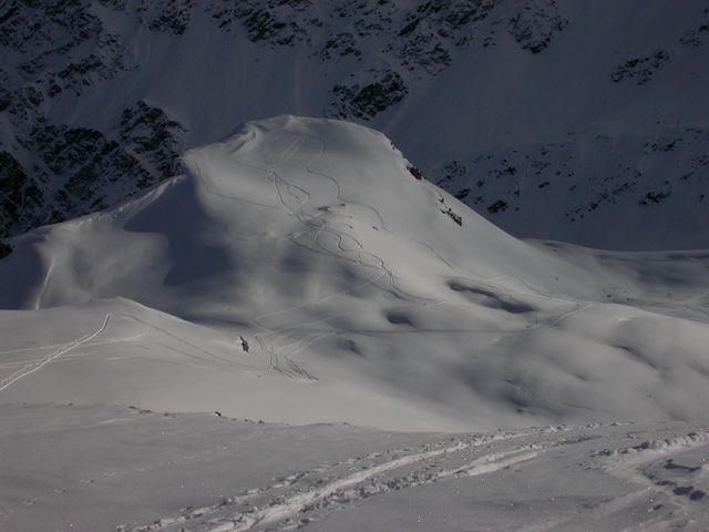 Dal colletto tra la Cordella ed il Flassin, il primo tratto di discesa. Non farsi ingannare dalla copertura nevosa ...