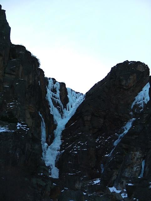 La cascata dalla base