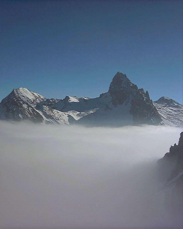 Rocca la Meja emerge dalle nebbie