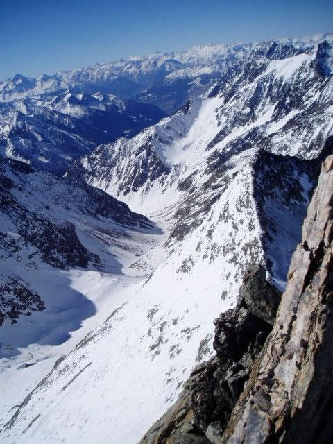 Il vallone della Sassa visto dalla cima. Sullo sfondo la Tour de la Tza in ottime condizioni.