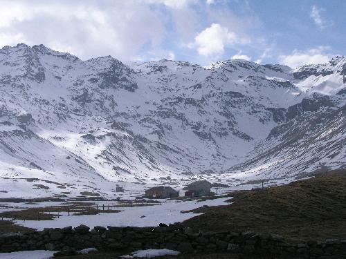 Da Montespluga la Val Loga con, al centro, la Cima