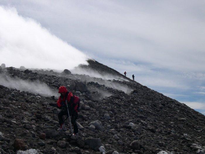 scendendo dal cratere tra sbuffi di fumo