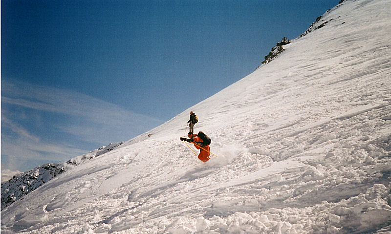 La classe di Andrea in discesa in una neve crostosa e non facile