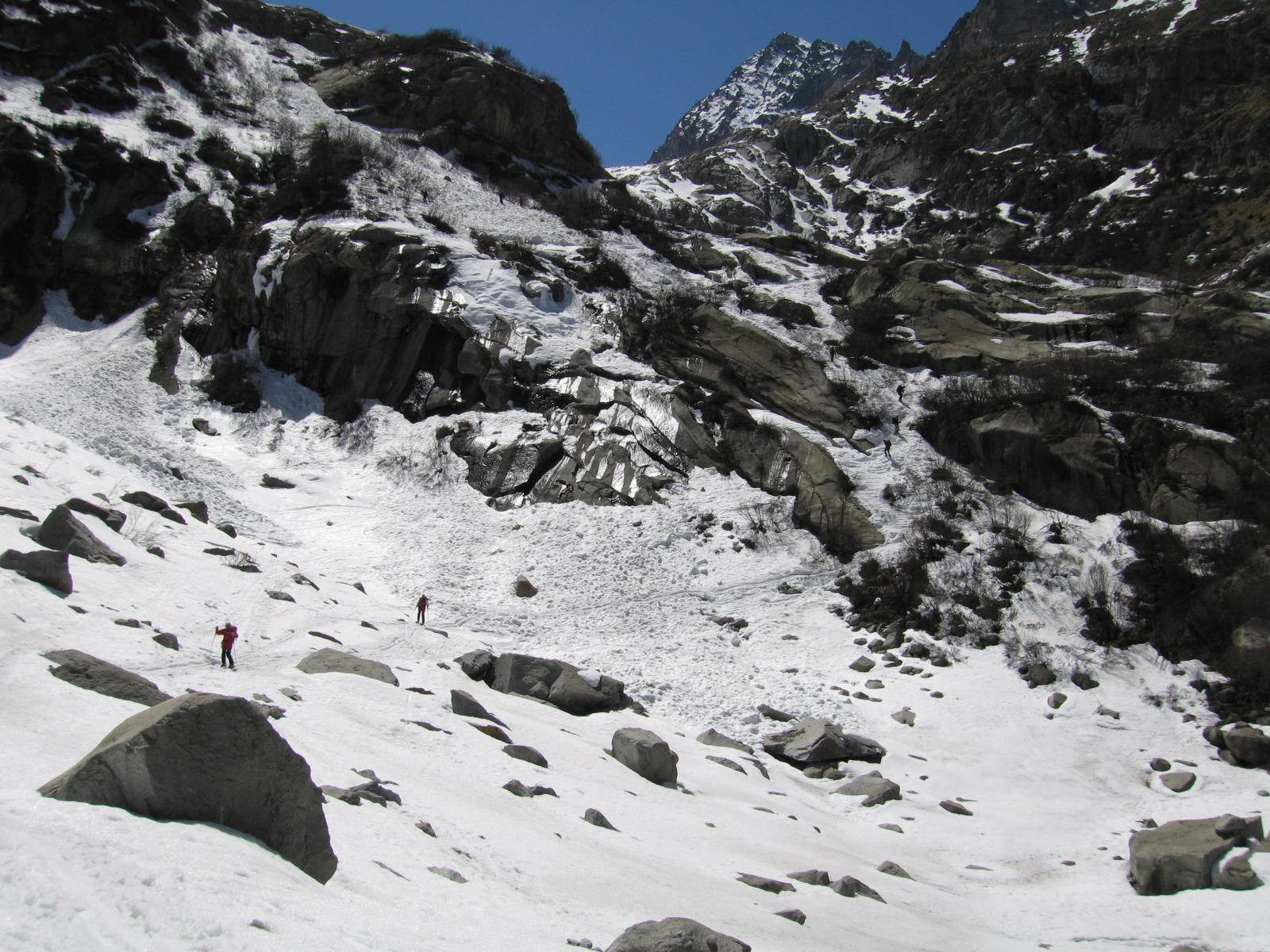 sfruttiamo le ultime lingue di neve sopra Sozzine per rientrare a Ponte di Legno