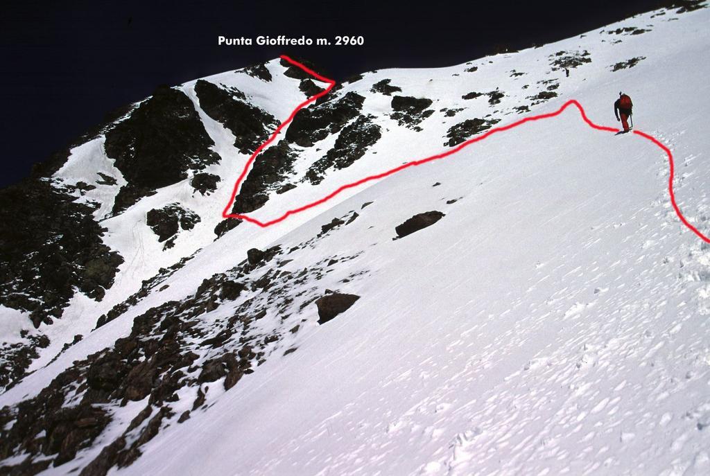 Luigi sale nella parte alta del versante SE alla Punta Gioffredo (15-5-2005)