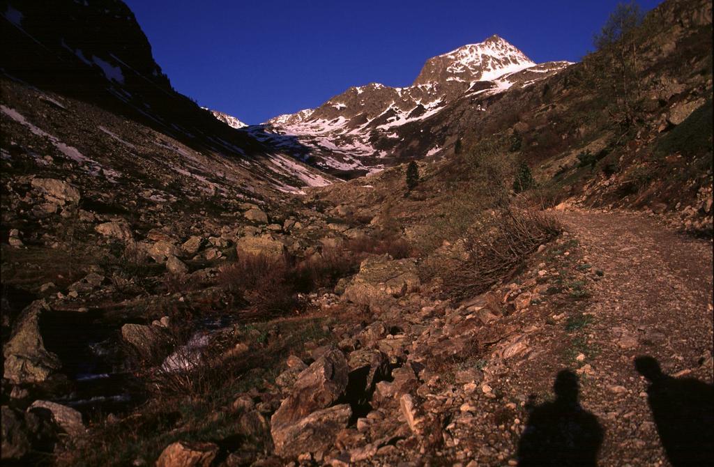salendo nella parte iniziale del Vallone di San Bernolfo (15-5-2005)